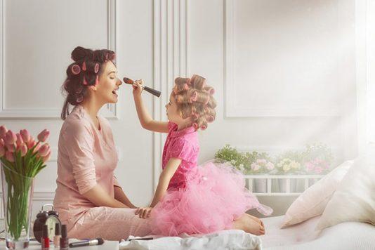 mae-e-filha-passando-maquiagem-750x500