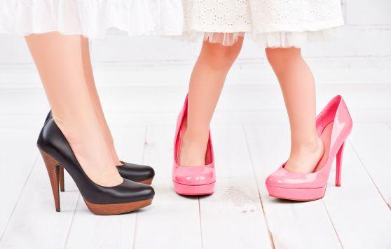 mama-si-fiica-cu-pantofi-cu-toc
