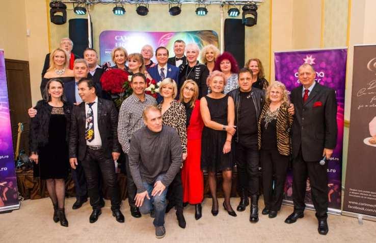 Poză de grup cu artiștii invitaati